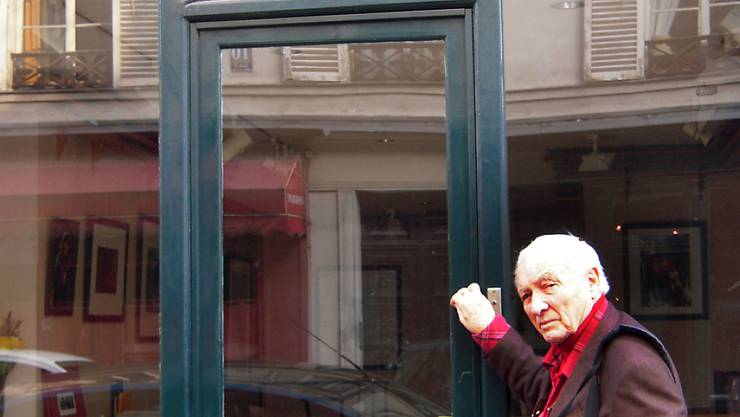 ARCHIV - Der deutsche Fotograf Jürgen Schadeberg steht vor einer Galerie in Paris. Schadeberg, der einige der wichtigsten Ereignisse der Apartheid dokumentierte, ist tot. Foto: Ralf Krüger/dpa