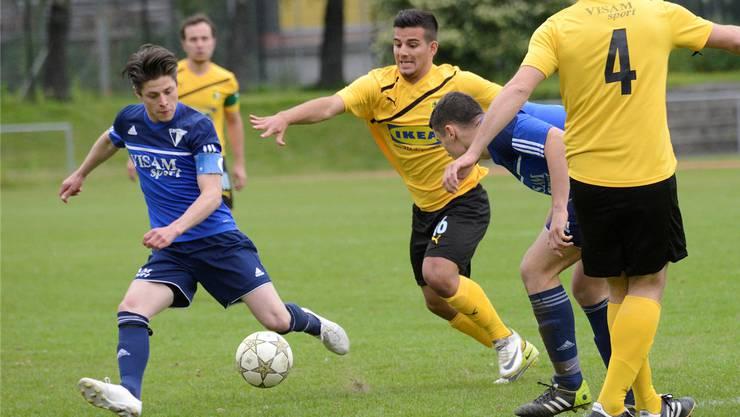 Fussball, 2. Liga, Spiel der Runde: Birsfelden - Pratteln: Birsfelden Nr 23 Domenic Denicola und Pratteln Nr 16 Mitat Sadiku
