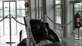 Fritz gönnt sich etwas Schlaf in der Wärme des EuroAirportstoprak yeguz