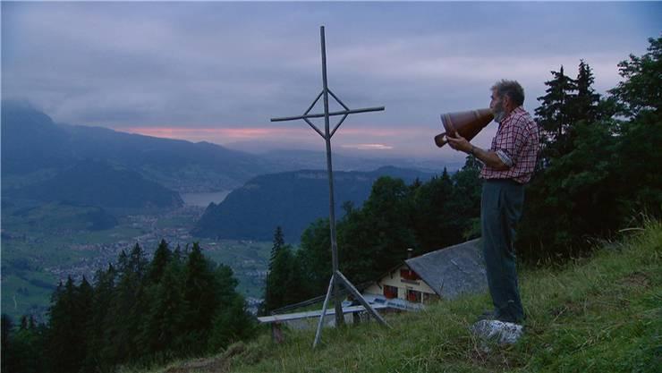 Franz Ambauen, 80-jährig, betet auf der Nidwaldner Alp Arhölzli, 1600 Meter über Meer, den Alpsegen.Filmcoopi