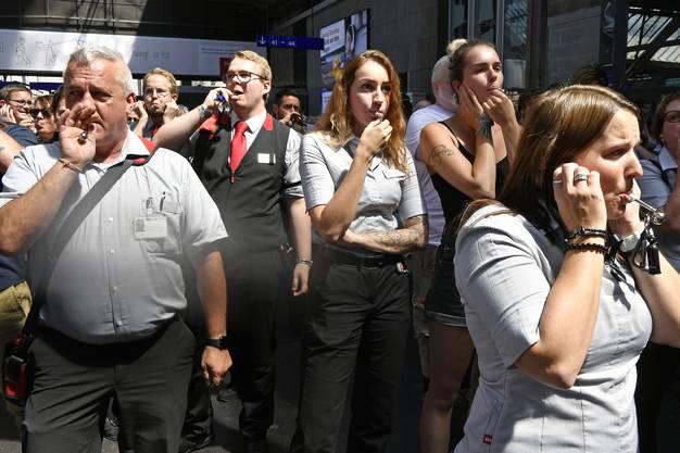 Pfeifkonzert während einer Schweigeminute für den verstorbenen SBB - Zugbegleiter im Zürcher Hauptbahnhof am Freitag, 9. August 2019, (KEYSTONE/Walter Bieri)