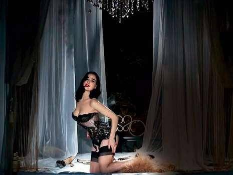 Dita von Teese strippt für Perrier