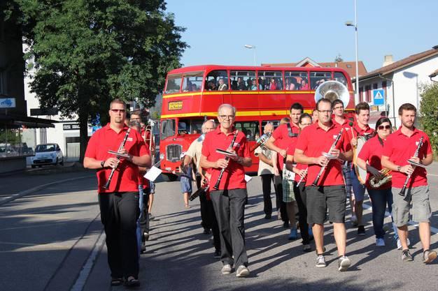 Ein doppelstöckiger Londonbus chauffierte die rund 65 Mitarbeitenden des AWZ an ihren neuen Arbeitsort an der Zentumstrasse.