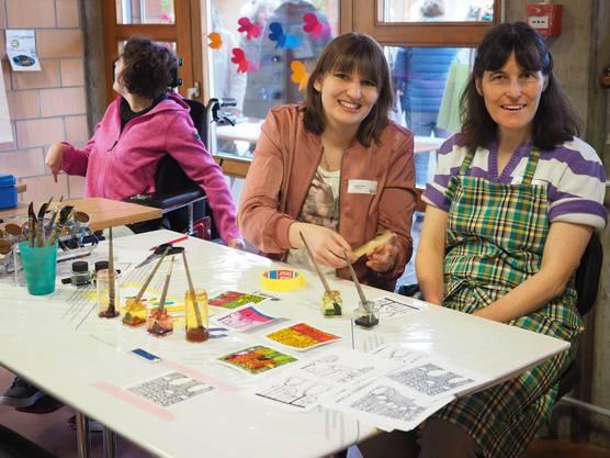 MBF-Mitarbeiterin Stefanie Geiser (Mitte) und Bewohner präsentierten beim Ostermarkt ein Buchprojekt