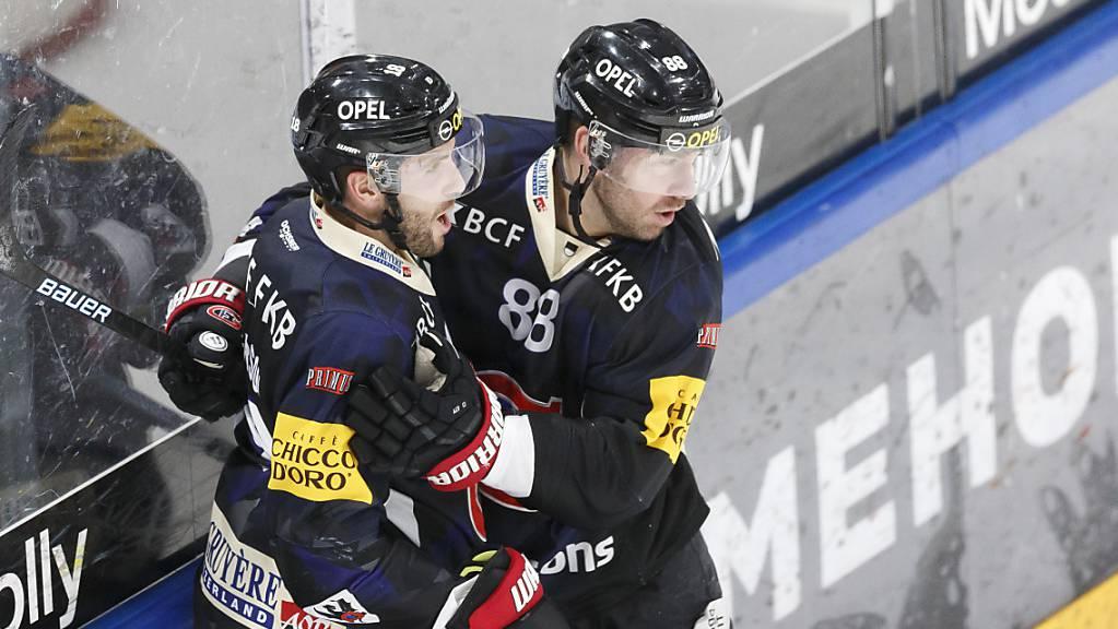Ryan Gunderson (links) und Christopher DiDomenico (rechts) führten Fribourg zum Sieg über die ZSC Lions.