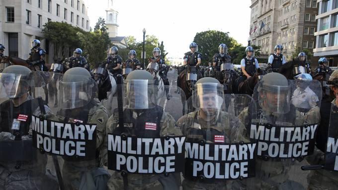 Mit voller Härte: Vor dem Weissen Haus marschieren Einheiten der Militärpolizei auf, um Demonstranten zu vertreiben