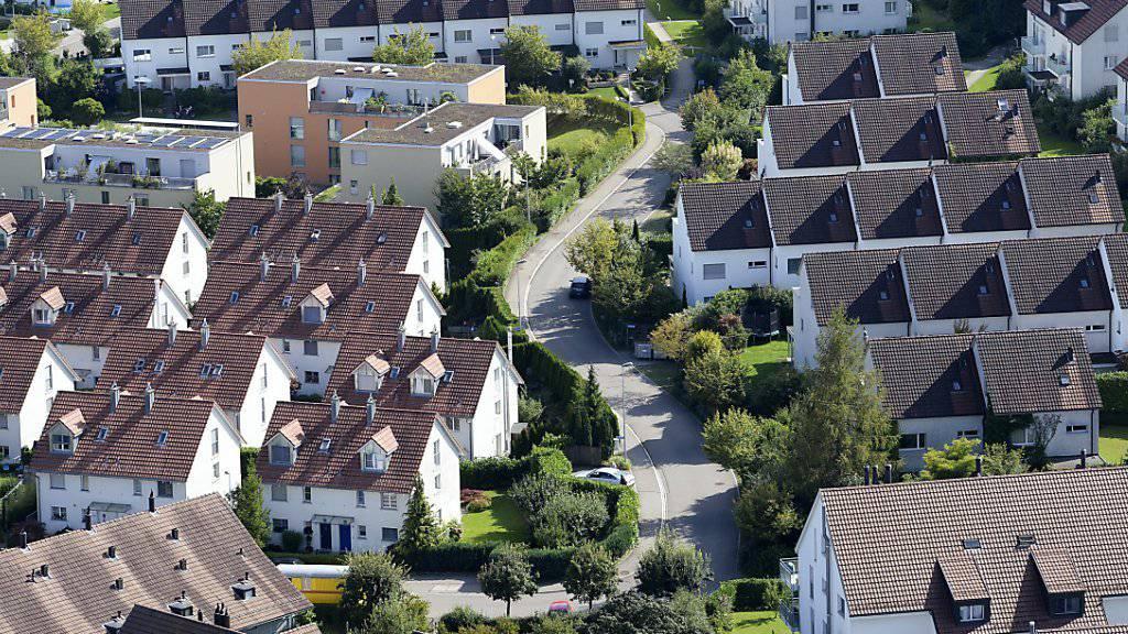 Der Kauf beziehungsweise Besitz von Immobilien treibt sowohl die Schulden als auch die Vermögen der Schweizer an.