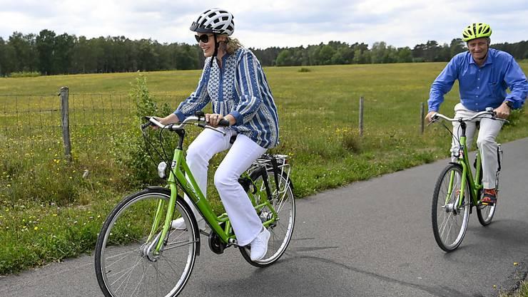 dpatopbilder - Königin Mathilde von Belgien und König Philippe von Belgien während einer Fahrradtour im Rahmen eines Familienausflugs im Bokrijk-Park und Freilichtmuseum. Foto: Dirk Waem/BELGA/dpa