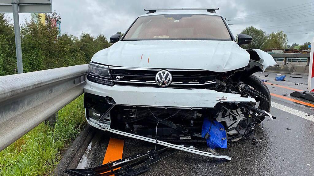 Auf der Autobahn A14 ist bei Gisikon LU ein Autofahrer in eine Baustellensignalisation geprallt.