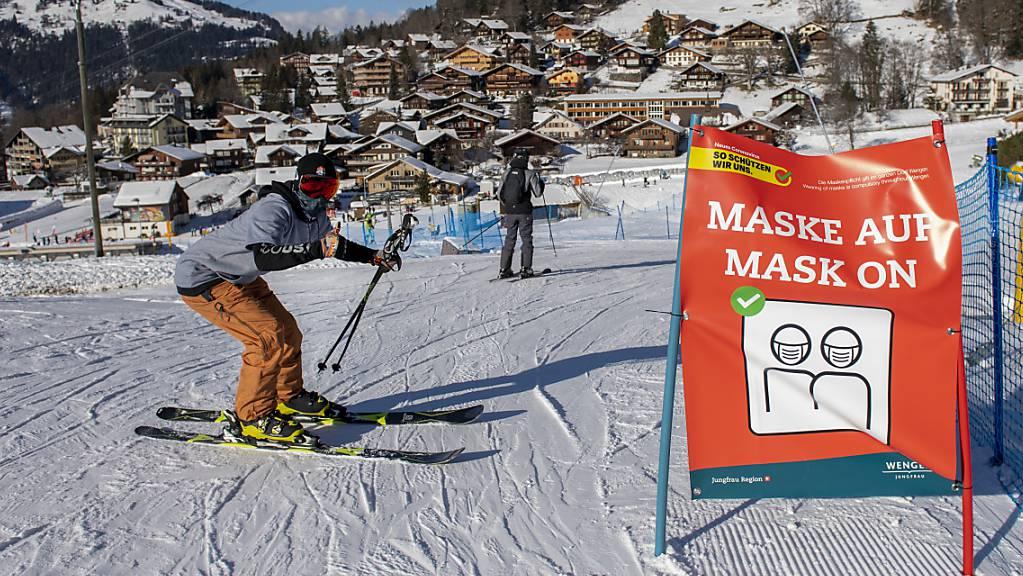 Ein Skifahrer mit Schutzmaske in Wengen. Der Ort hat sich zum Corona-Hotspot entwickelt.