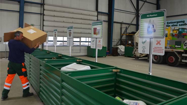 Ein Mitarbeiter des Egerkinger Werkhofs entsorgt Karton im neu geschaffenen Privatbereich der Rysor AG.