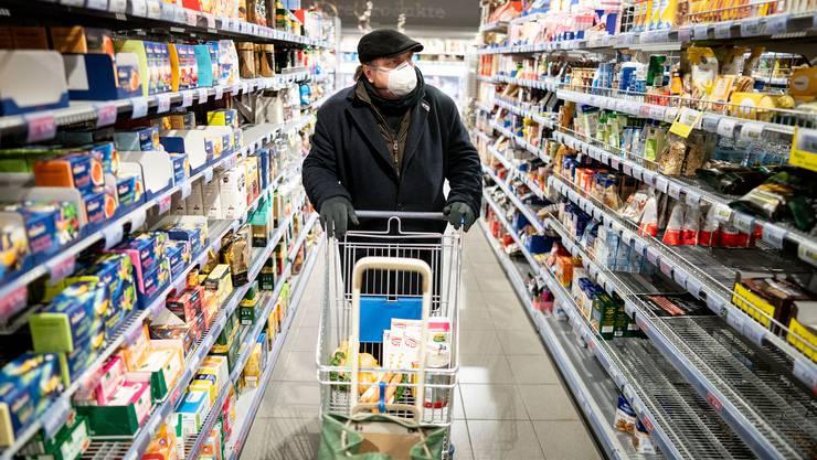 Die Maskenpflicht in Läden, die seit  3. September gilt, wurde vom Kantonsarzt unterschrieben. (Archivbild)