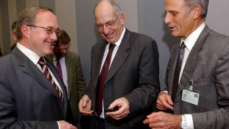 Alt Bundesräte Pascal Couchepin (Mitte) und Samuel Schmid (links) sowie der ehemalige Direktor Bundessamt für Sport, Heinz Keller, bewundern Couchepins Schrittzähler. Gemäss einer US-Studie ist eine tägliche Schrittzahl von 8000 mit einer tieferen Sterblichkeit verbunden. (Archivbild)
