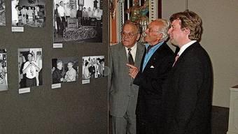 Heinrich Weiss (M.) im Gespräch mit alt Bundesrat Otto Stich (l.) sowie Museumsleiter Christoph Hänggi im Jahr 2004.