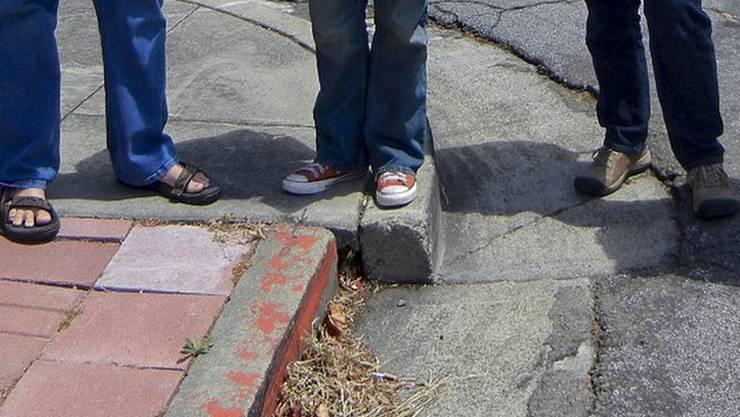 Der verschobene Bordstein vor der Begradigung - er zeigte die tektonischen Kräfte der darunterliegenden Hayward-Verwerfung. Davon wusste die Stadtverwaltung nichts und machte die Bordsteinkante wieder eben. (Archiv)
