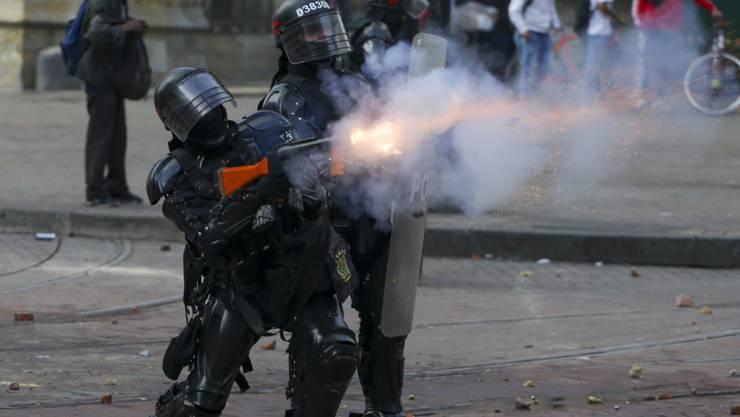 Polizisten feuern im Zentrum von Bogota Gaspatronen gegen demonstrierende Regierungsgegner ab.
