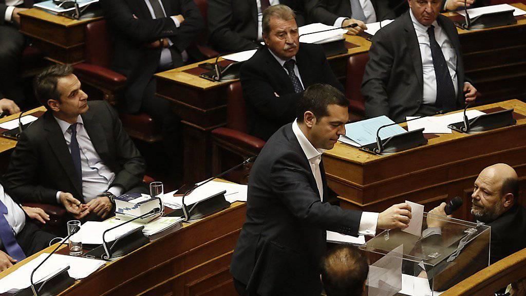 Der griechische Premierminister Alexis Tsirpas bei der Abstimmung im Parlament.