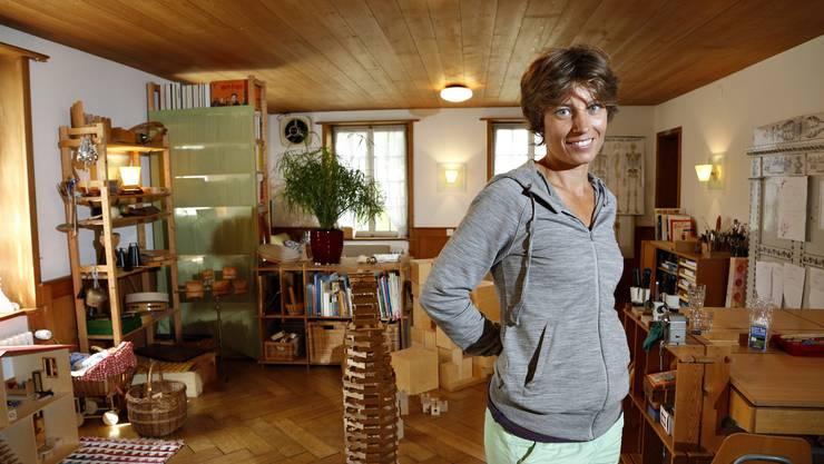 Nicht bloss die Kinder, sondern auch die Schulleiterin Petra Maarsen fühlt sich wohl im neuen Schulzimmer im Kulturhof Weyeneth.