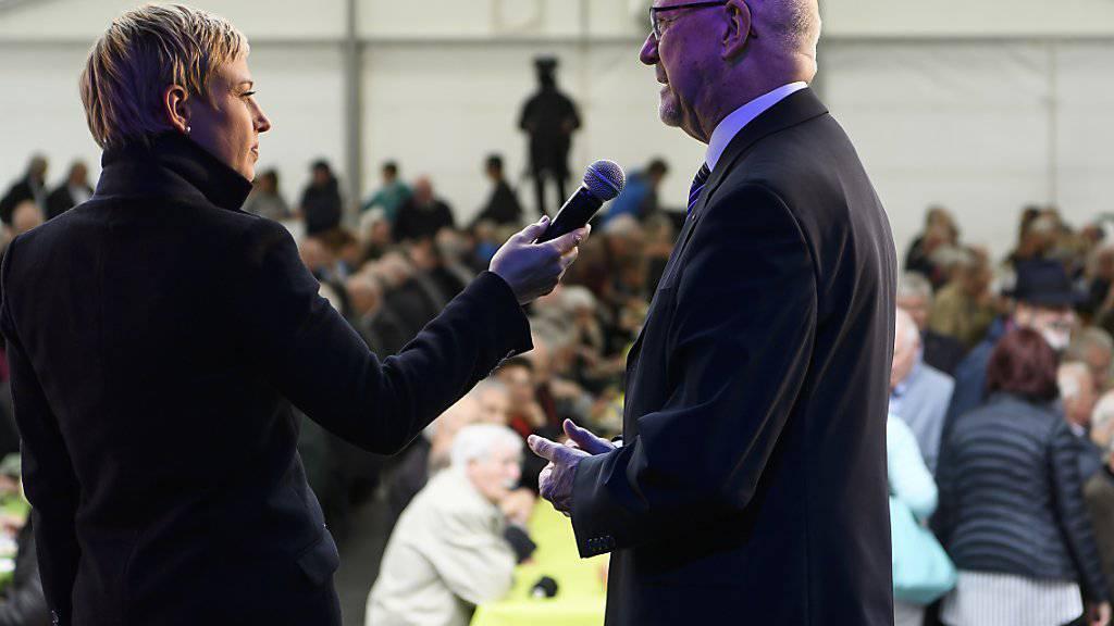 Hugo Kurz, Gross Sire der Odd Fellows Schweiz, spricht an der Seite von Moderatorin Catherine Thommen am Festakt in Bern.