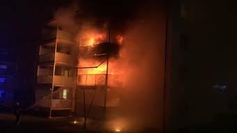In der Silvesternacht gerieten an der Kesselstrasse in Schaffhausen zwei Balkone in Brand. Rund 60 Feuerwehrleute standen im Einsatz. Acht Anwohner und zwei der Rettungskräfte wurden verletzt.