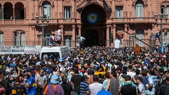 Tausende Argentinier nehmen vor dem Regierungspalast Casa Rosada von Diego Maradona Abschied