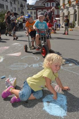 Die Kinder hinterliessen mit Strassenkreide ihre Spuren ...