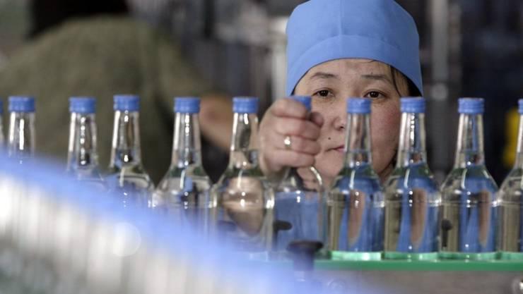 Wodka-Produktion in Russland - rund 90'000 Flaschen russischen Wodkas, der für Nordkorea bestimmt war, hat der Zoll in Rotterdam konfisziert. (Symbolbild)