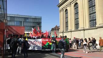 Der Zug der Solidaritätsdemonstration vor der Heiliggeistkirche beim Berner Hauptbahnhof.
