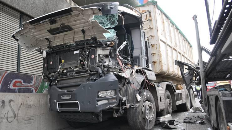 In Basel kam es zu einer Kollision zwischen einem Auto und einem Lastwagen (Symbolbild).
