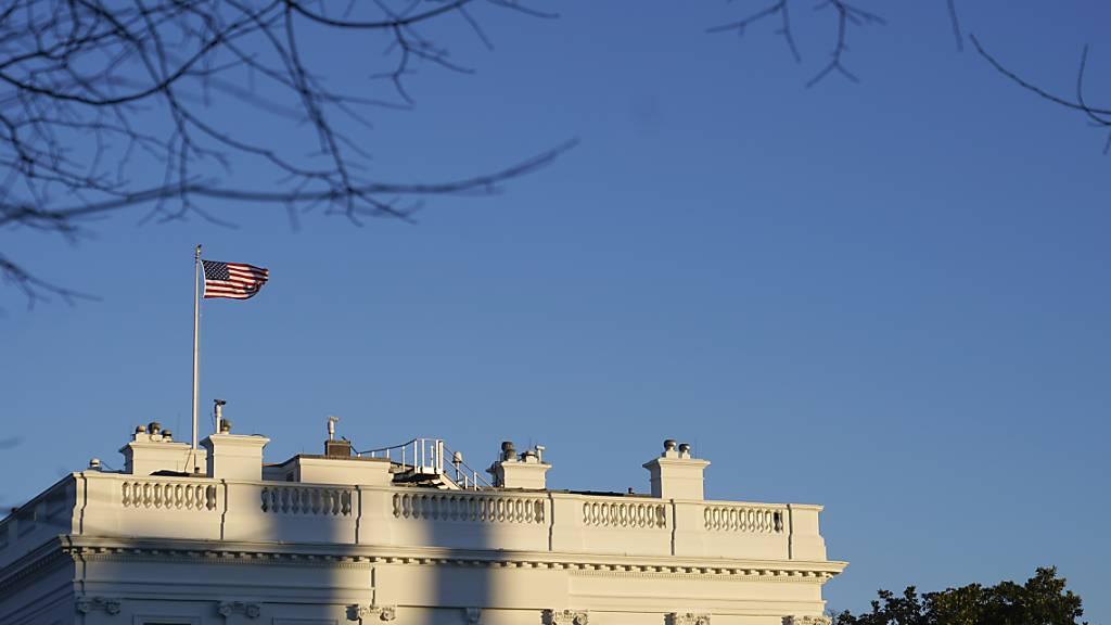 Die untergehende Sonne fällt auf das Weiße Haus. Foto: Patrick Semansky/AP/dpa