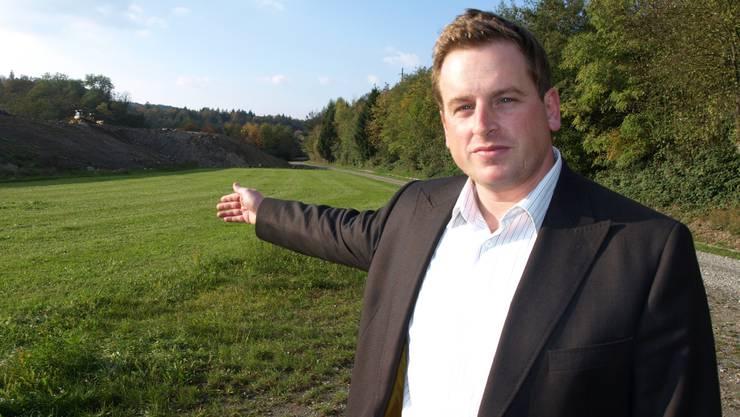 Geschäftsleiter Thomas Merz zeigt das Gelände, auf dem die Recycling-Anlage geplant ist.  HUG