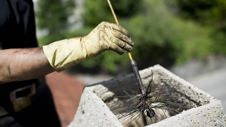 Liegenschaftseigentümer sollen nicht mehr gezwungen werden, den Kaminfeger kommen zu lassen. (Symbolbild)