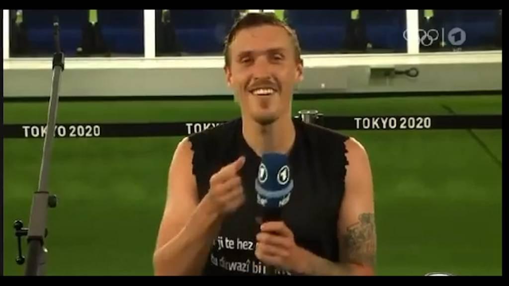 Hier macht ein Fussballer seiner Freundin im TV einen Heiratsantrag