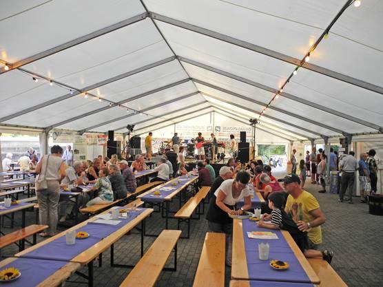 Im Festzelt am Dorfplatzfest trifft man sich.