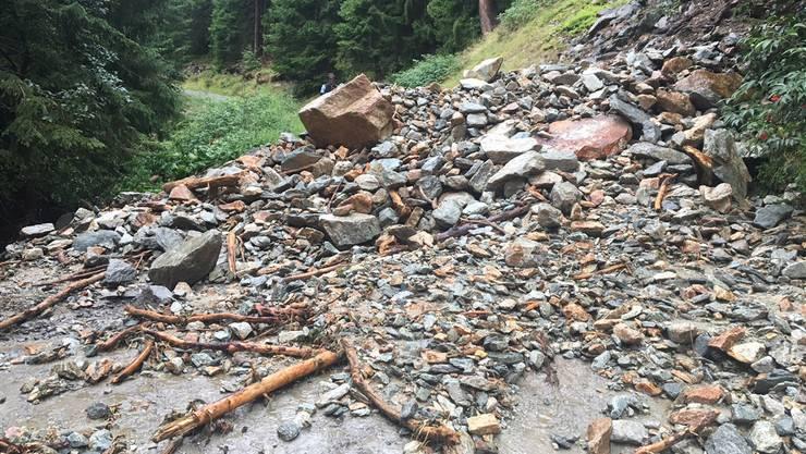 Im Val Russein bei Sumvitg blockierte ein Bach mit Geschiebe die Strasse.