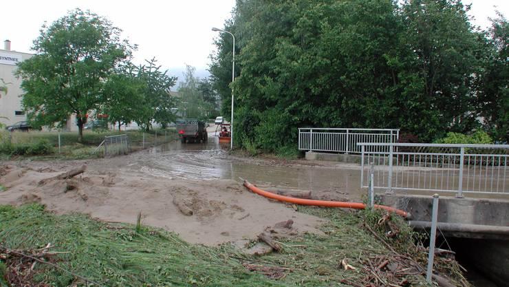 Bildlegende: Dies soll künftig verhindert werden: 2007 verwüstete der Giglerbach das Gebiet um den Bahnhof.  Jürg Amsler