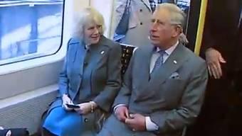 Prinz Charles mit Camilla in der U-Bahn.