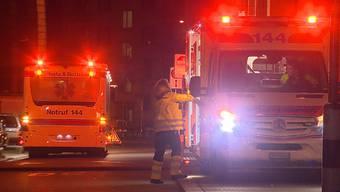 Bei einem Wohnungsbrand im Zürcher Kreis 4 wurde eine tote Person gefunden. Die Polizei rätselt über Todes- und Brandursache.