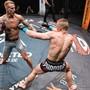 Stefan Felber (l.) kämpft im Oktagon. Als Mixed-Martial-Arts-Sportler muss er verschiedene Kampftechniken beherrschen.