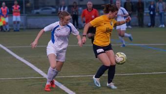 Céline Roth hält den Ball in den Reihen des FC Schlieren: Das NLB-Team will gemäss dem neuen Trainer aus jeder Partie etwas Zählbares mitnehmen. Die erste Bilanz fällt positiv aus.