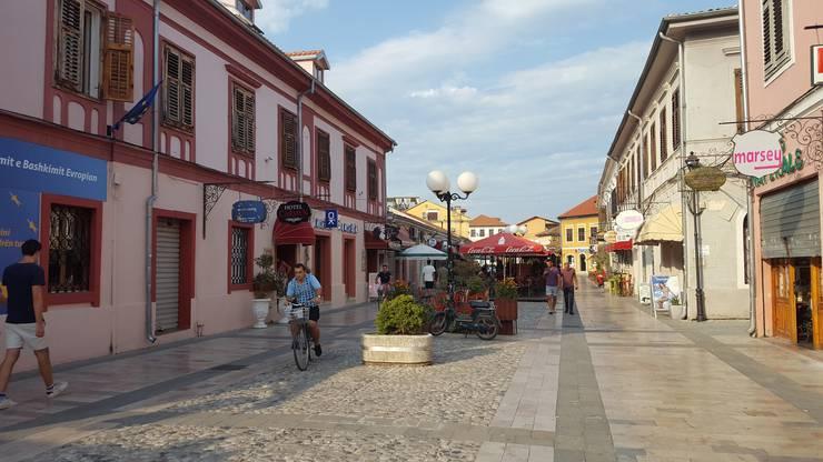 Die Fussgängerzone von Shkodra liegt in einem wiederhergestellten historischen Viertel mit vielen Cafés und Bars. Mancher Tourist wird sich hier verwundert umschauen - so hat man sich Albanien wohl nicht vorgestellt.