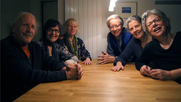 Richard Haberthür, Rosalie Fouché, Eva Zingrich, Anton Beal, Prisca Bruggisser und Ursula Gugelmann (v.l.) leben als Menschen ab fünfzig bewusst zusammen.MEB