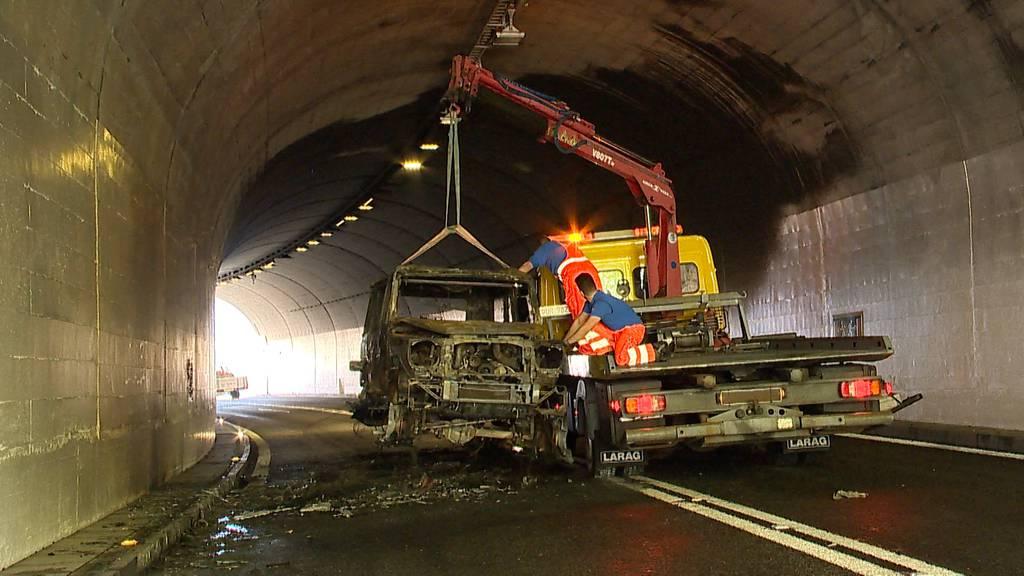 Sisikon: Zwei Autos brennen in Tunnel auf der Axenstrasse