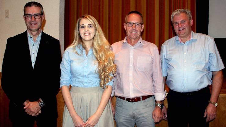 Martin Hitz und Loredana Goldenberger (AWB Comunova AG) sowie die Ammänner Thomas Treyer und Robert Schmid (v.l.) informierten die Bevölkerung über die Analyse über eine weiterführende Zusammenarbeit von Herznach und Ueken.