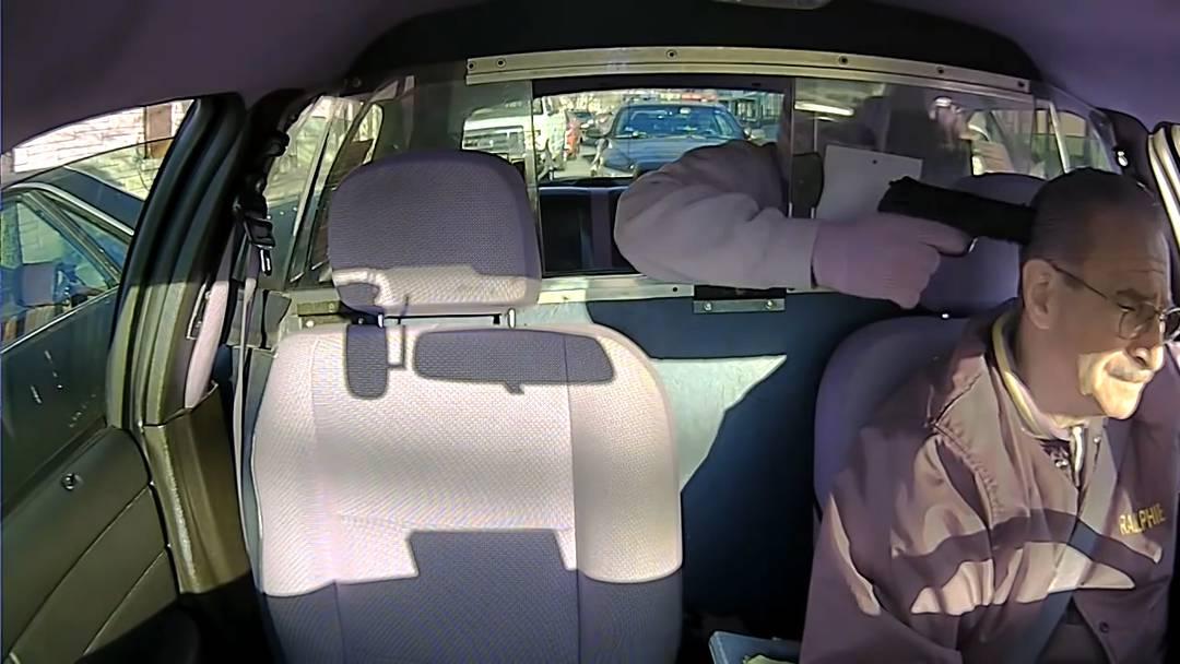 Doppelt blöd: Eine Kamera im Auto filmte den missglückten Überfall.