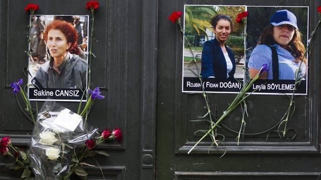 Erinnerung an die drei ermordeten Frauen am Eingang des Kurdischen Informationszentrums in Paris