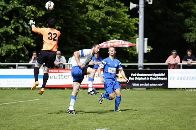 FCOG-Torhüter Fux ist vor Lukas Baur am Ball