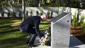 Der niederländische Aussenminister Stef Blok hat Ende März an der Gedenkstätte für die 298 Opfer des MH17-Absturzes in Canberra einen Kranz niedergelegt. (Archivbild)
