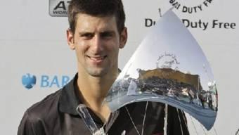 Novak Djokovic präsentiert seine Trophäe