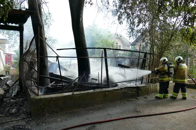 Das Feuer brach auf dem Nachbargrundstück aus. Die Flammen gingen dann auf den Unterstand (hier links im Bild) über.